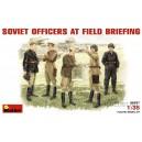 Советские офицеры на полевом совещании